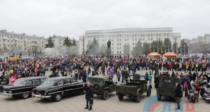 В Луганске с размахом проводили зиму (фото, видео)
