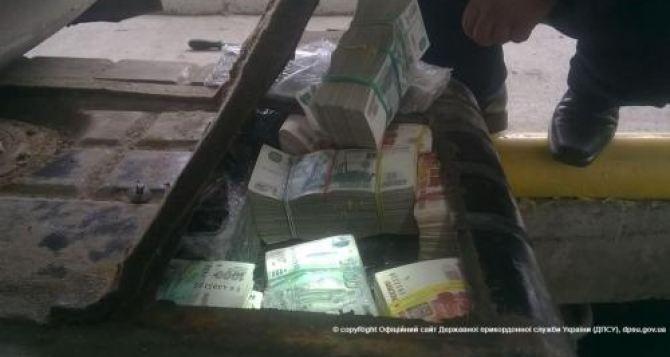 Украинец пытался вывезти в Россию в бензобаке машины 500 миллионов рублей