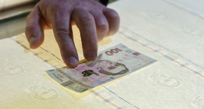 Нацбанк  начал печатать деньги из льна