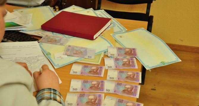 В Луганске задержали нотариуса, оформлявшего за взятки украинские документы (фото)