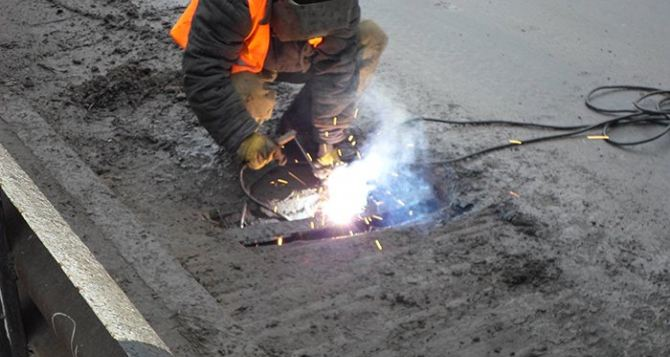 На ремонт дорог в Луганске за неделю израсходовали более 100 тонн шлака