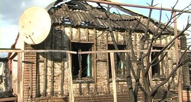В Краснодоне произошел пожар: сгорели два авто и жилой дом (фото)