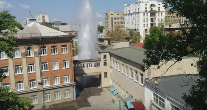 В Харькове на территории школы забил фонтан высотой с пятиэтажку (видео)