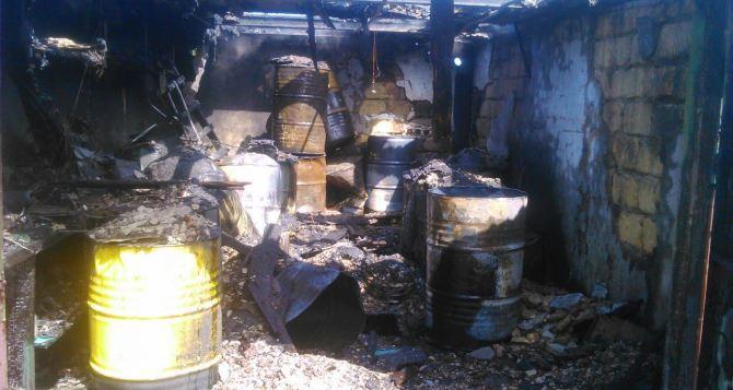 В Лутугино произошел сильный пожар в гаражном кооперативе (фото, видео)