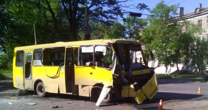В Мариуполе автобус с военными столкнулся с маршруткой (фото)