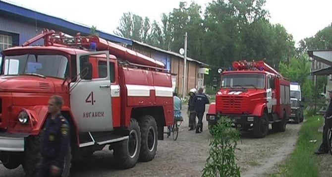 В Луганске произошел пожар на заброшенном складе (фото)