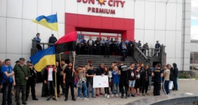 «Азов» и «Правый сектор» заблокировали торговый центр в Харькове