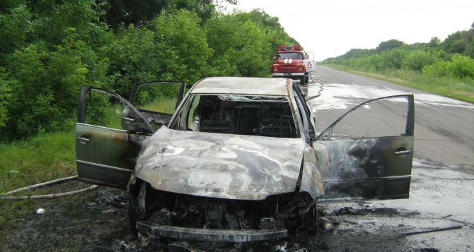 На трассе Луганск-Старобельск сгорел автомобиль (фото)