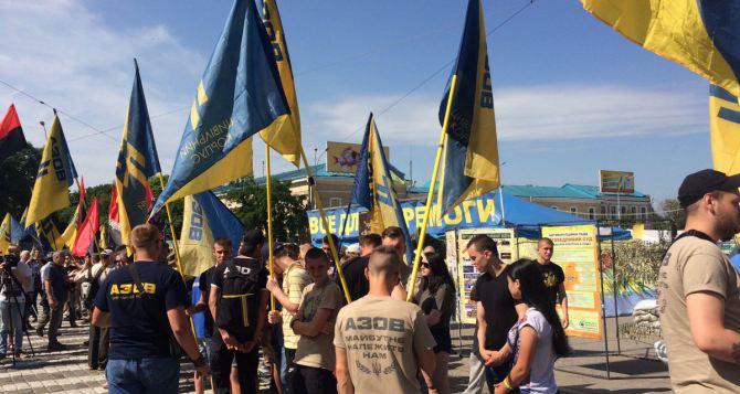 Вцентре Харькова «Азов» вышел защищать добровольцев
