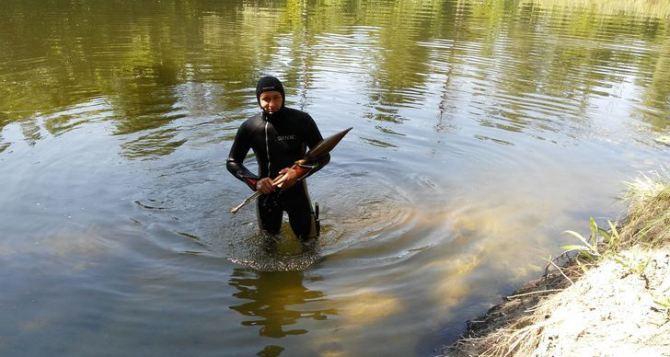 Со дна реки Айдар в Луганской области подняли целый арсенал боеприпасов (фото)