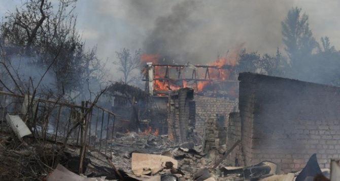 На окраине Горловки в  результате обстрелов сгорело семь домов