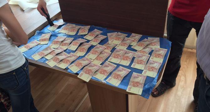 Одного из руководителей таможенного поста «Лисичанск» поймали на взятке