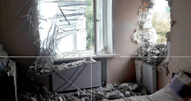 В Марьинке пятиэтажка попала под обстрел из артиллерии (фото)