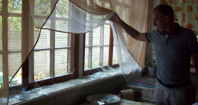 В результате обстрела пострадали более 10 жилых домов в Стаханове (фото)
