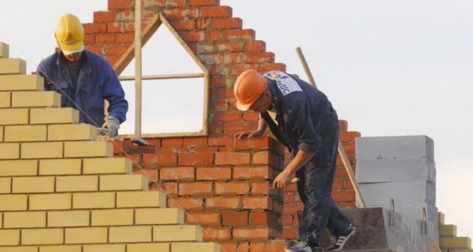 Более 1,5 тыс. жителей Луганска получили стройматериалы для восстановления домов