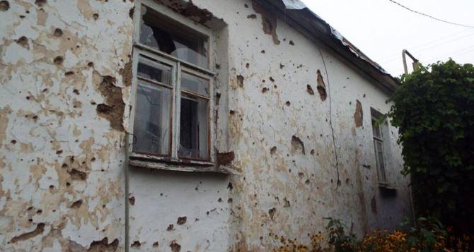 Станица Луганская под обстрелом: ранен мирный житель и двое военных (фото)