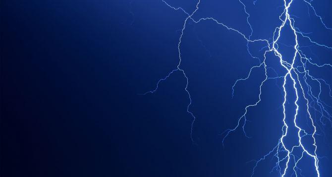 В Ровеньках в Дом быта попала молния