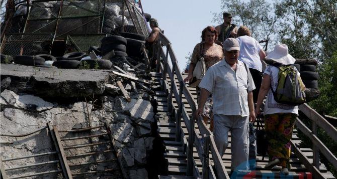 Пешеходный мост в Станице Луганской находится в ужасном состоянии