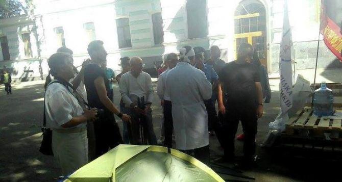 Под зданием Минздрава голодают медики со всей Украины