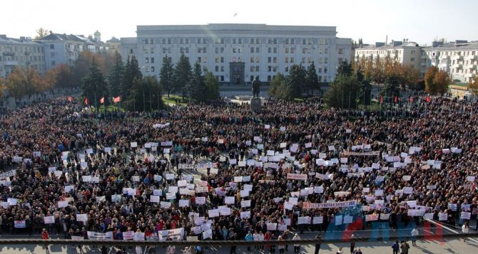 В Луганске прошел митинг против ввода на Донбасс вооруженных миссий (фото)