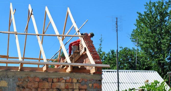 В Луганске продолжают восстанавливать поврежденное жилье