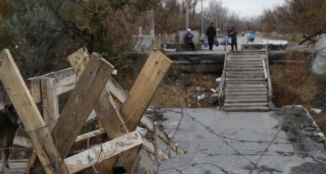 Сломанные ступеньки и перила: состояние моста в Станице Луганской ухудшается