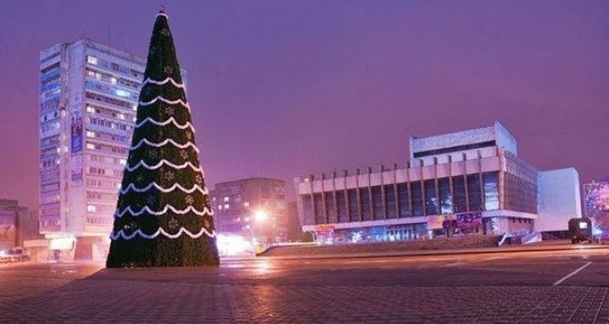 В Луганске начали установку главной новогодней елки