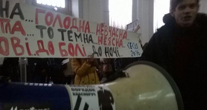 В Киеве студенты Шевченковского университета вышли на протест из-за холодных аудиторий