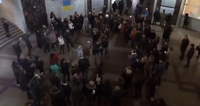 Москвичи поддержали флешмоб запорожцев, исполнив навокзале украинскую песню