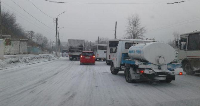 В Лисичанске снежная погода заблокировала основную дорогу (видео)