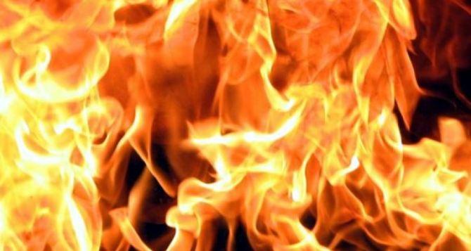 В Брянке сгорела крыша бывшего кинотеатра «Юность»