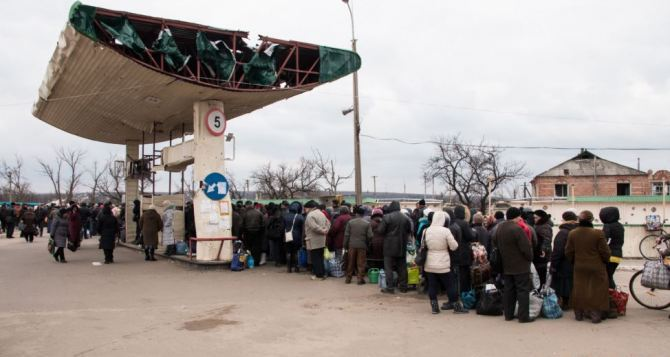 На пункте пропуска в Станице Луганской со стороны ЛНР скопилось много людей