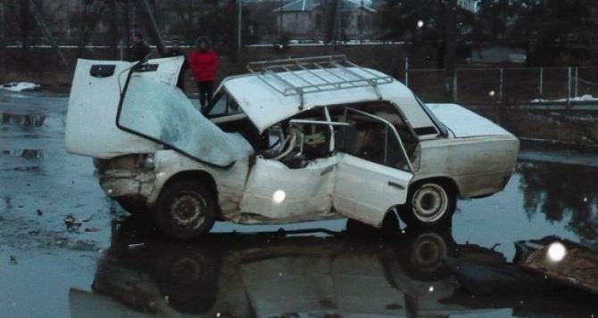 В Счастье легковушка столкнулась с грузовиком. Есть погибший и пострадавшие (фото)