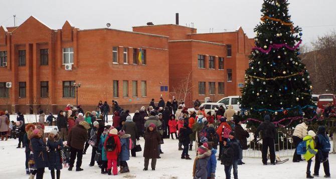 В Станице Луганской открыли районную новогоднюю елку (фото)
