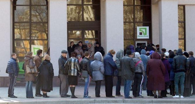 В Харькове ажиотаж у банкоматов Приватбанка, а супермаркеты не принимают к оплате карточки