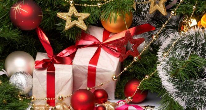 В Луганске начали выдавать новогодние подарки детям льготных категорий