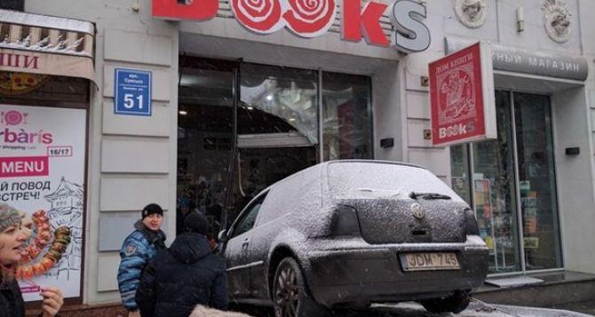 Вцентре Харькова автомобиль протаранил витрину магазина