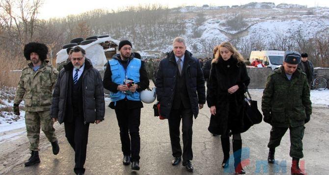 Пункт пропуска в Станице Луганской посетила миссия ООН (фото)