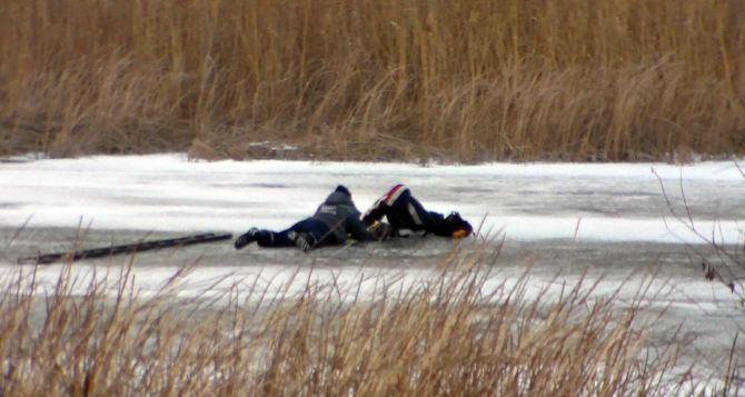 В Старобельске спасли мужчину, который пытался пройтись по замерзшей реке (фото)