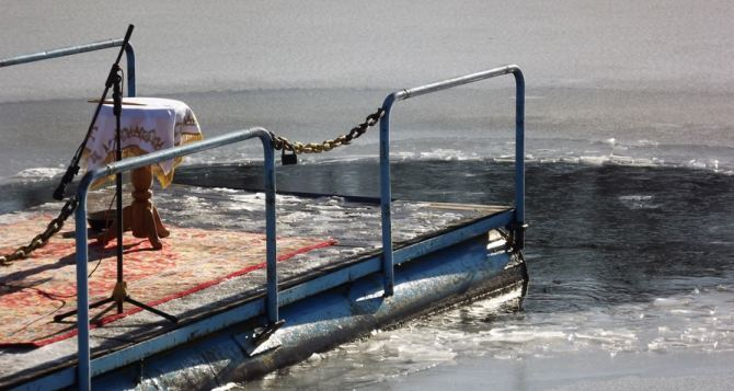 В Луганске отпраздновали Крещение на озере «Восьмерка» (видео)