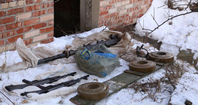 В Луганске обнаружили тайник с оружием и боеприпасами (фото)