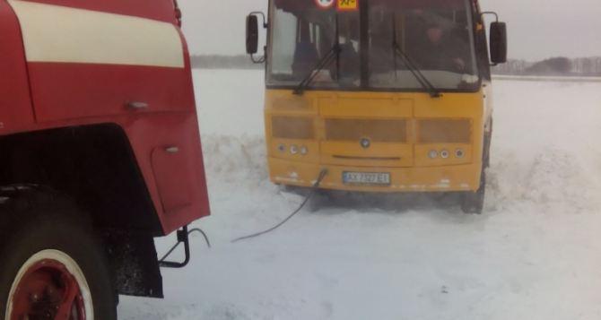 В Харьковской области в снегу застряли два школьных автобуса