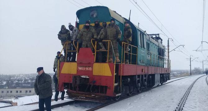 Бывшие участники АТО перекрыли новый ж/д переезд на Донбассе