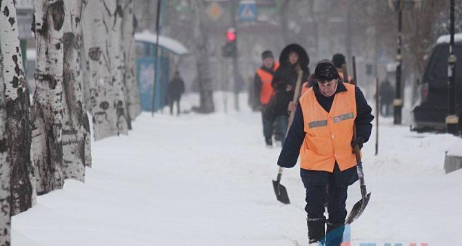 В Луганске коммунальщики борются со снегом и гололедицей