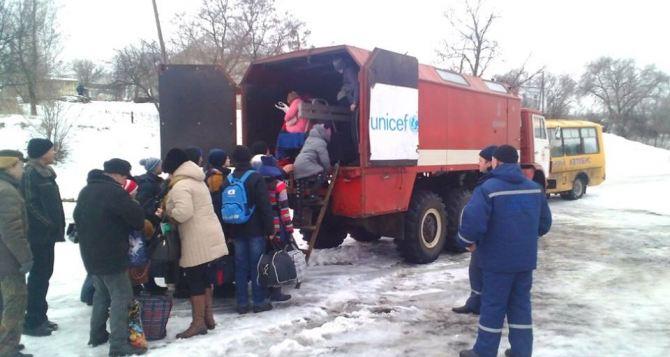 Школьников Крымского из-за обстрелов отправили учиться в Черновцы (фото)