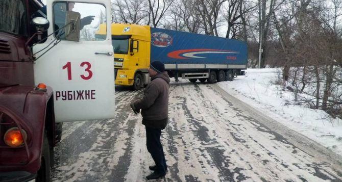 В Луганской области спасатели достали из снежных заносов 7 автомобилей (фото)