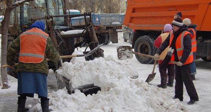 В Луганске коммунальщики борются с гололедицей