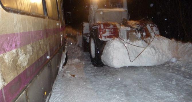 Автодор работает и днем, и ночью. Переметы в Луганской области достигают полутора метров (фото)