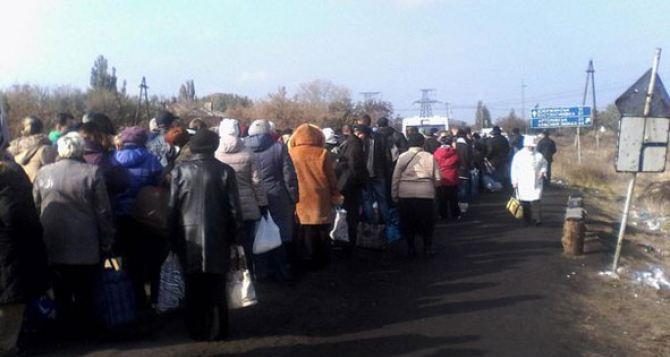 С начала года в очередях через линию соприкосновения на Донбассе умерло 7 человек. —ООН