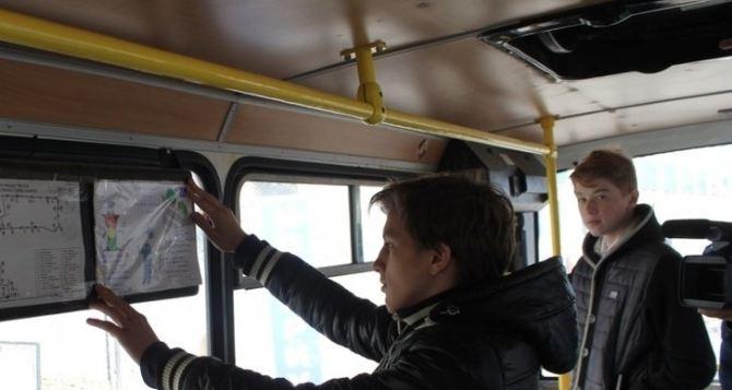 В маршрутках Луганска расклеили 300 рисунков о правилах дорожного движения
